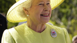 Elizabeth_II_greets_NASA_GSFC_employees,_May_8,_2007